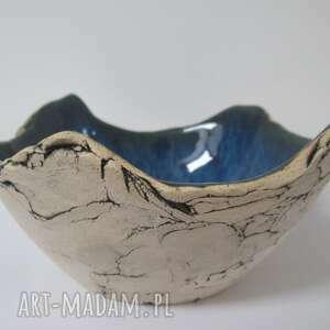 ceramika granatowa miseczka jak skała, organiczna miska, na orzechy