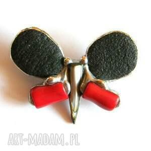 Broszka: Motyl czarno-czerwony, motyl, koral, kontrastowy, kamienie, nowoczesny