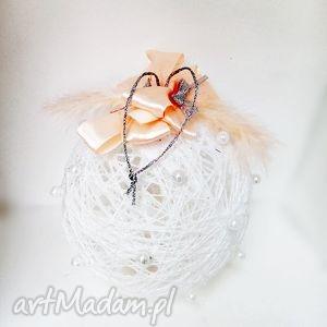 hand-made dekoracje kordonkowa bombka - biel i kolor łososiowy