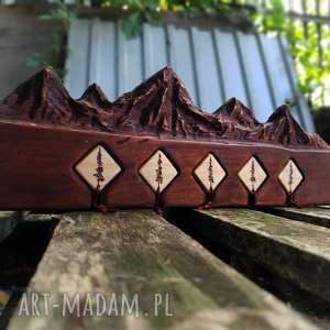 drewniany wieszak na klucze z brelokami,rzeźbiony motyw gór, góry, skandynawski