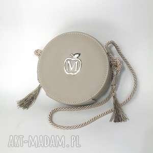 ręcznie wykonane kopertówki okrągła torebka listonoszka na sznureczku z frędzlami styl boho urocza od manzana