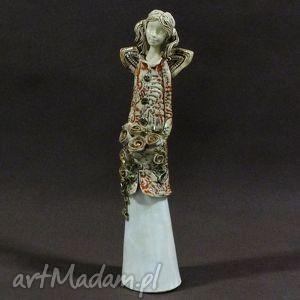 handmade ceramika anioł z bukietem róż