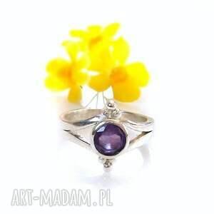subtelny srebrny pierścionek z ametystem, minimalistyczny pierścion, ametyst