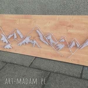 Obraz gór, wykonany techniką String Art na drewnie, obraz, góry, dom, stringart