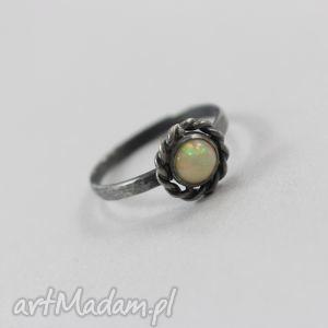 Opal z etiopii i srebro - uroczy pierścionek chileart opal