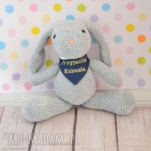 szydełkowy króliczek z dedykacją szary - mały, królik, króliczek, roczek, dedykacja