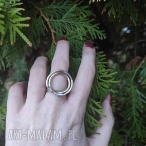 srebrny pierścionek z podwójnym kołem, surowy, minimalistyczny, prosty, srebro