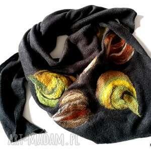 czarna chusta handmade wełniana wymiary 150cm na 112cm - elementy filcowane to