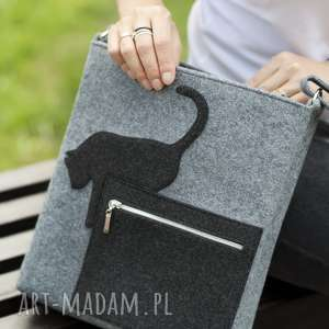 szara listonoszka z kotkiem skaczącym- filcowa torebka zapinana na suwak, filc