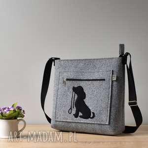 na ramię szara filcowa torebka z pieskiem ze smyczą, pies, piesek, szczeniak