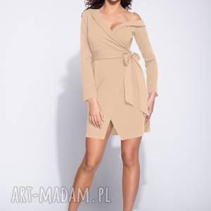 elegancka beżowa sukienka kopertowa na jednym ramiączku, wizytowa