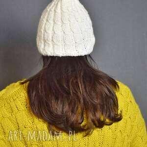 biała czapka, na drutach, bohofolk, ciepłazima, klasyka, rękodzieło, prezent