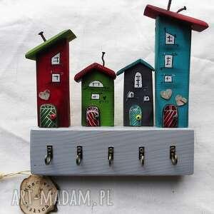 wieszak z kolorowymi domkami, na klucze, drewna, drewiane