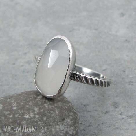 z jedwabistym kamieniem, klasyczny, elegancki, jasny, kamień księżycowy