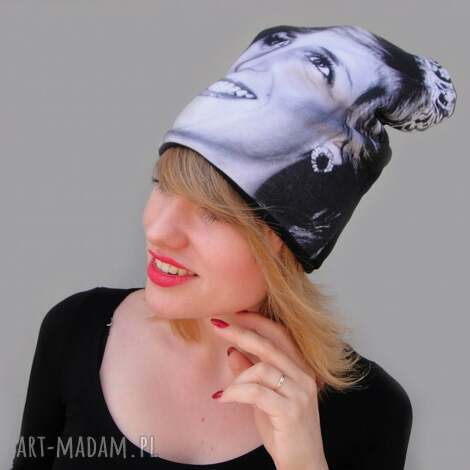 Katarzyna Staryk - czapka diana czapka z nadrukiem twarz, kobieta, czarno białe zdjęcie