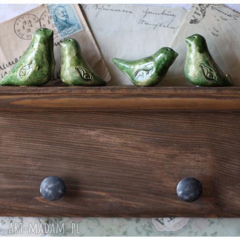 orzechowa półeczka wieszak z zielonymi ptaszkami, ceramika, wieszak, ptak ceramika