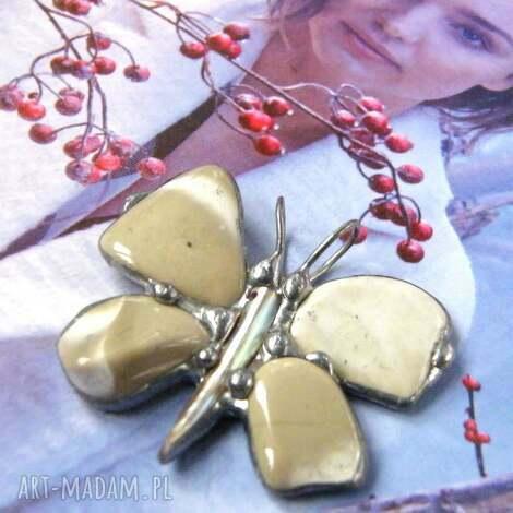 wisior mały motyl z krzemieniem pasisatym, wisiorek motyl, kamieni
