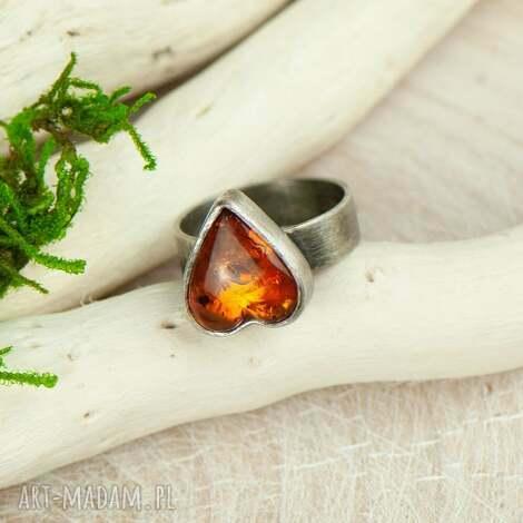 pierścionek srebrny z bursztynowym sercem a710, prezent