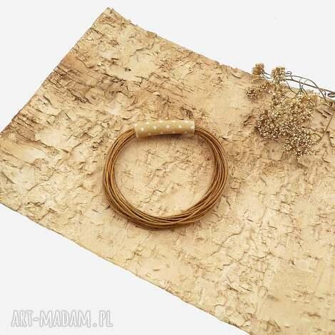 orzechowa broszka w kropki, broszka geometryczna, biżuteria geometryczna, kolor