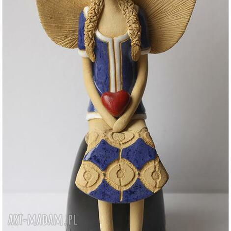 anioł siedzacy z ercem i koronką, anioł, aniołek, anielica ceramika