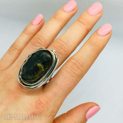 artystyczny pierścionek z naturalnym bursztynem srebro 925