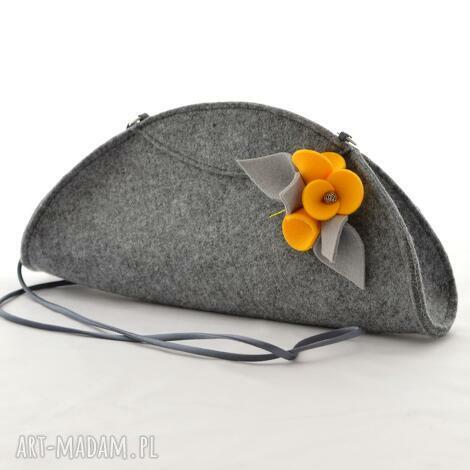 szara filcowa kopertówka torebka z żółtą broszką, filc, folk