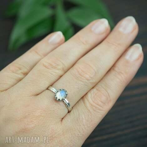 srebrny pierścionek z kamieniem księżycowym i podwójną obraczką
