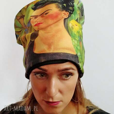 Katarzyna Staryk: czapka frida papuga dżungla nadruk, portret twarz