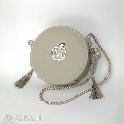 okrągła torebka listonoszka na sznureczku z frędzlami styl boho urocza od manzana