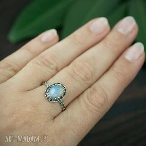 pracownia bellart srebrny pierścionek z kamieniem księzycowym w koronce