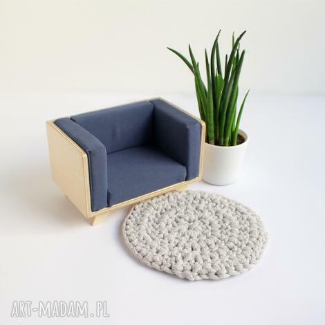 nowoczesny fotel dla lalek wykonany ze sklejki - mebelki dla lalek, domek