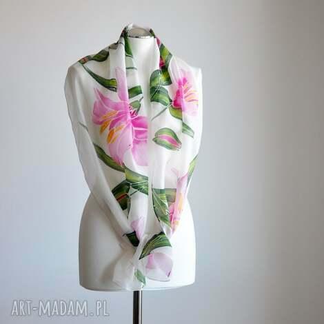 jedwabny malowany szal - lilie, szal w lilie, kwiatowy, delikatny, w kwiaty