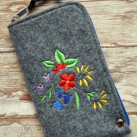 filcowe etui na telefon - kwiatki, smartfon, kwiaty, haft, pokrowiec, prezent
