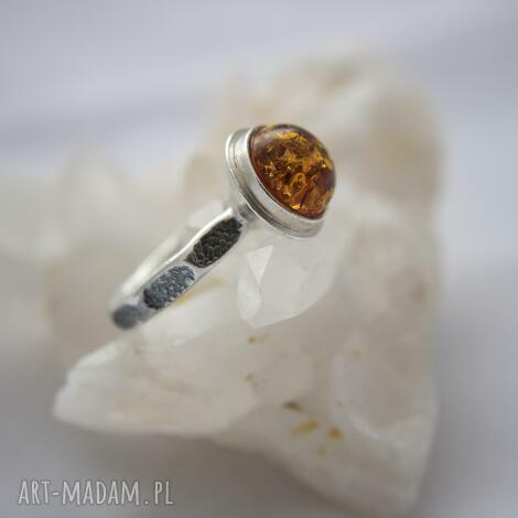 pierścionek srebrny z bursztynem, wąska obrączka, na prezent dla niej, wysoki