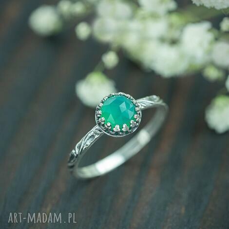 pierścionek z zielonym chalcedonem w srebrnej koronce, srebrny pierścionek