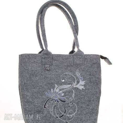 jasna torebka z haftowanym secesyjnym ornamentem, torebka, haftowana, filcowa, modna
