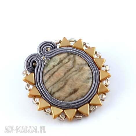 sutaszowa beżowo-szara broszka z jaspisem - klasyczna, stonowana, elegancka, przypinka