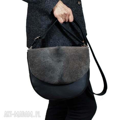 klasyczna czarna listonoszka z klapką włosem, torba, torebka, torebka przez ramię