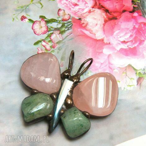 wisiorek motyl różowo - seledynowy, motyl, z kamieni, kwarc różowy