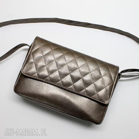 listonoszka z pikowaną klapką - sepia, elegancka, nowoczesna, pakowna, prezent