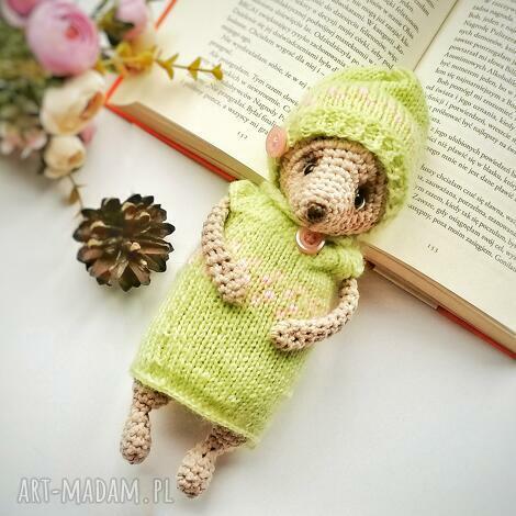 miś dla dziecka w seledynowym sweterku i czapeczce, dekoracja pokoju dziecka