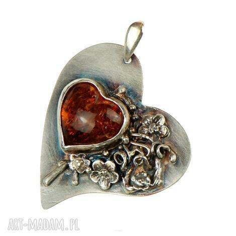 wisiorki bursztynowe serce w kwiatach a685, wisiorek serce, bursztyn bałtycki