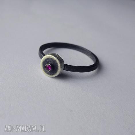 okrąg pierścionek, srebro, cyrkonia, oksydowane