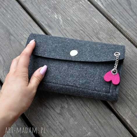 filcowy portfel - grafitowy z różowym sercem, serce, serduszko, filc