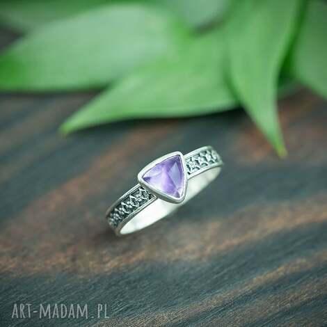 srebrny pierścionek z ametystem i zdobiona obrączka, fioletowym