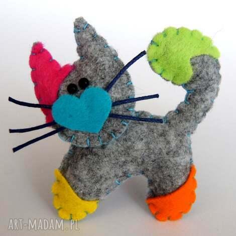 kolorowy kotek broszka z filcu - filc, kot, broszka, biżuteria, serce, prezent
