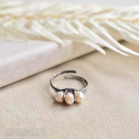 delikatność - pierścionek ze szklanymi kryształkami, beżowy