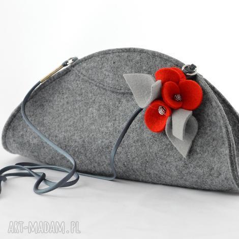 mała szara filcowa torebka kopertowka z czerwonymi bratkami, filc