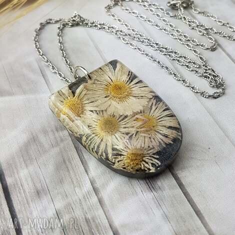 0976/mela - wisiorek z żywicy, stokrotki, kwiaty, wisiorek, naszyjnik, kwiaty