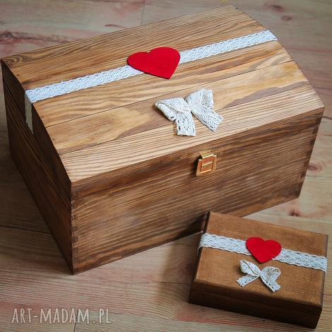 kufer na koperty ślubne z czerwonymi dodatkami, ślub, pudełko, drewno